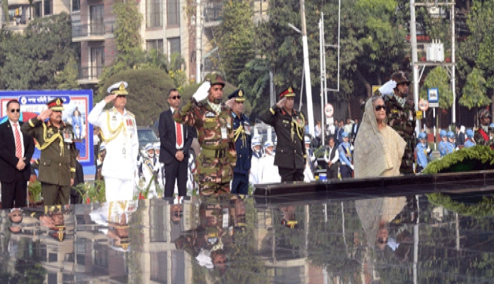 বৃহস্পতিবার প্রধানমন্ত্রী শেখ হাসিনা সশস্ত্রবাহিনী দিবস উপলক্ষে ঢাকা সেনানিবাসে শিখা অনির্বাণে পুস্পস্তবক অর্পণ শেষে শ্রদ্ধা নিবেদন করেন -পিআইডি