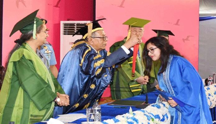 শনিবার রাষ্ট্রপতি মোঃ আবদুল হামিদ ঢাকায় বাংলাদেশ আর্মি স্টেডিয়ামে ব্র্যাক বিশ্ববিদ্যালয়ের ১৩তম সমাবর্তন অনুষ্ঠানে মেধাবী শিক্ষার্থীদেরকে 'চ্যান্সের্লস গোল্ড মেডেল' প্রদান করেন -পিআইডি