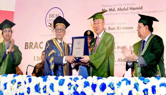 শনিবার রাষ্ট্রপতি মোঃ আবদুল হামিদ ঢাকায় বাংলাদেশ আর্মি স্টেডিয়ামে ব্র্যাক বিশ্ববিদ্যালয়ের ১৩তম সমাবর্তন অনুষ্ঠানে জাতিসংঘের সাবেক মহাসচিব বান কি মুনকে ব্র্যাক বিশ্ববিদ্যালয়ের ক্রেস্ট প্রদান করেন -পিআইডি