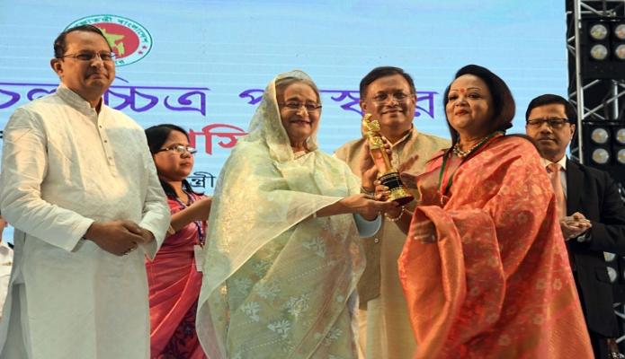 রবিবার প্রধানমন্ত্রী শেখ হাসিনা ঢাকায় বঙ্গবন্ধু আন্তর্জাতিক সম্মেলন কেন্দ্রে জাতীয় চলচ্চিত্র পুরস্কার ২০১৭ ও ২০১৮ প্রদান অনুষ্ঠানে বিভিন্ন ক্যাটেগরিতে পুরস্কার প্রদান করেন -পিআইডি