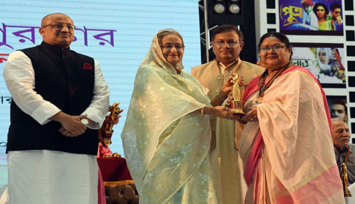 রবিবার প্রধানমন্ত্রী শেখ হাসিনা ঢাকায় বঙ্গবন্ধু আন্তর্জাতিক সম্মেলন কেন্দ্রে জাতীয় চলচ্চিত্র পুরস্কার ২০১৭ ও ২০১৮ প্রদান অনুষ্ঠানে চলচ্চিত্র অবিনেত্রী সালমা বেগম সুজাতাকে আজীবন সম্মাননা পুরস্কার প্রদান করেন -পিআইডি