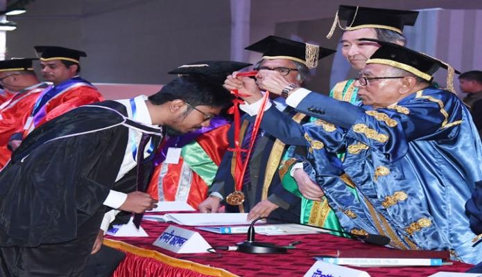 সোমবার রাষ্ট্রপতি মোঃ আবদুৃল হামিদ ঢাকায় বিশ্ববিদ্যালয়ের কেন্দ্রীয় খেলার মাঠে বিশ্ববিদ্যালয়ের ৫২তম সমাবর্তন অনুষ্ঠানে কৃতী শিক্ষার্থীদেরকে স্বর্ণপদক প্রদান করেন -পিআইডি