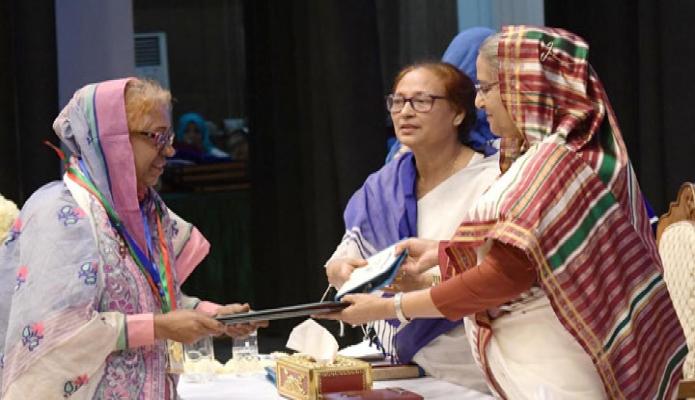 সোমবার প্রধানমন্ত্রী শেখ হাসিনা ঢাকায় ওসমানী স্মৃতি মিলনায়তনে বেগম রোকেয়া পদক ২০১৯ প্রদান করেন -পিআইডি