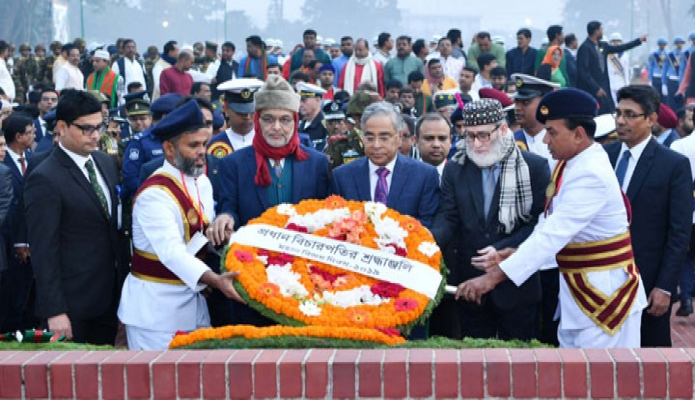 সোমবার প্রধান বিচারপতি সৈয়দ মাহমুদ হোসেন মহান বিজয় দিবসে সাভার জাতীয় স্মৃতিসৌধে পুষ্পস্তবক অর্পণ করেন -পিআইডি