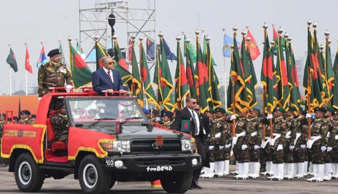 সোমবার রাষ্ট্রপতি মোঃ আবদুল হামিদ মহান বিজয় দিবসে ঢাকায় জাতীয় প্যারেড স্কয়ারে সম্মিলিত সশস্ত্রবাহিনী কুচকাওয়াজ পরিদর্শন করেন -পিআইডি
