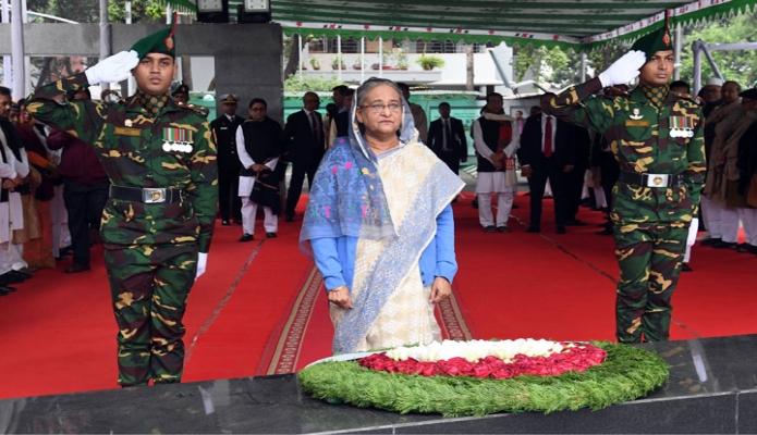 শনিবার প্রধানমন্ত্রী শেখ হাসিনা ঢাকায় ধানমন্ডি ৩২ নম্বরে বঙ্গবন্ধু শেখ মুজিবুর রহমানের প্রতিকৃতিতে শ্রদ্ধা শেষে নিরবে দাঁড়িয়ে থাকেন -পিআইডি