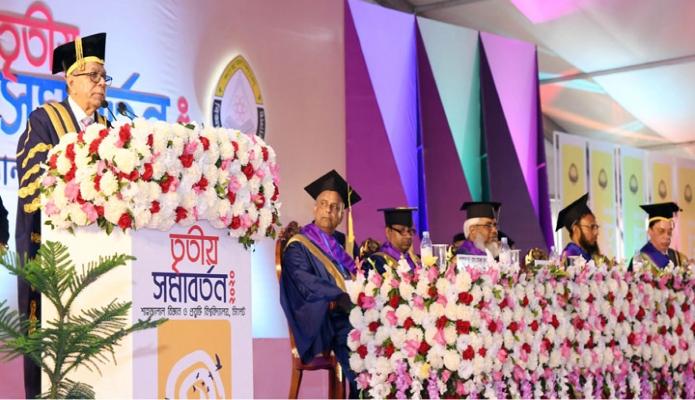 বুধবার রাষ্ট্রপতি মোঃ আবদুল হাদিম সিলেট হযরত শাহ্জালাল বিজ্ঞান প্রযুক্তি বিশ্ববিদ্যালয়ের তৃতীয় সমাবর্তন ভাষণ দেন -পিআইডি