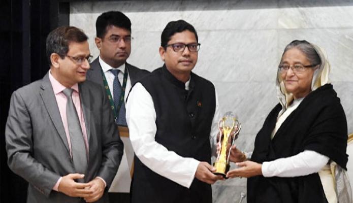 সোমবার প্রধানমন্ত্রী শেখ হাসিনার নিকাট ঢাকায় তাঁর কার্যালয়ে ভিয়েতনাম ও মালয়েশিয়ায় প্রাপ্ত Asia Pacific ICT Alliance Award-2019  এবং ASOCIT ICT Education Award -2019 হস্তান্তর করেন -পিআইডি