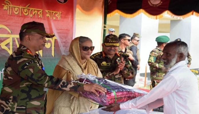 বৃহস্পতিবার প্রধানমন্ত্রী শেক হাসিনা নোয়াখালীর স্বর্ণদ্বীপে শীতার্তদের মাঝে শীতবস্ত্র বিতরণ করেন-পিআইডি
