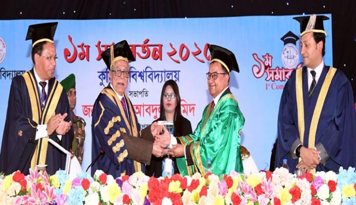সোমবার রাষ্ট্রপতি মোঃ আবদুল হাদিম কুমিল্লা বিশ^বিদ্যালয় ক্যাম্পাসে বিশ^বিদ্যালয়ের ১ম সমাবর্তন অনুষ্ঠানে সমাবর্তন বক্তা অর্থমন্ত্রী আ হ ম মুস্তফা কামালকে ক্রেস্ট প্রদান করেন -পিআইডি