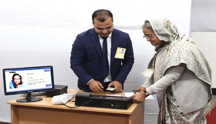 শনিবার প্রধানমন্ত্রী শেখ হাসিনা ঢাকা সিটি করপোরেশন নির্বাচন উপলক্ষে ঢাকা সিটি কলেজ কেন্দ্রে ভোট প্রদান করেন -পিআইডি
