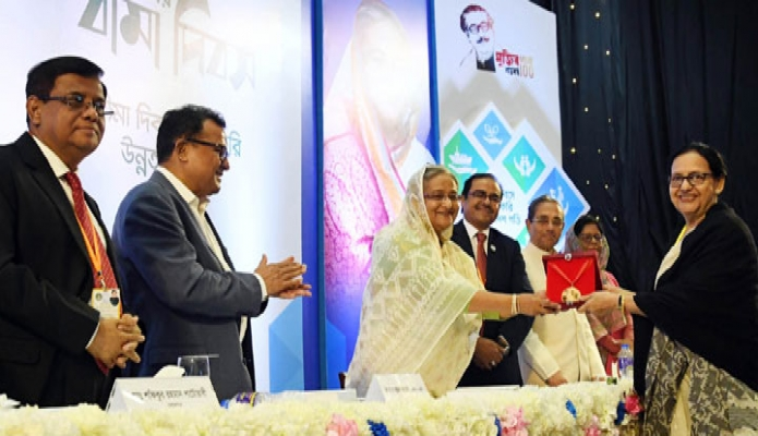 রবিবার প্রধানমন্ত্রী শেখ হাসিনা ঢাকায় বঙ্গবন্ধু আন্তর্জাতিক সম্মেলন কেন্দ্রে '১ম জাতীয় বীমা দিবস' এর উদ্বোধন অনুষ্ঠানে বিশিষ্ট বীমা ব্যক্তিত্বদের পদক প্রদান করেন -পিআইডি