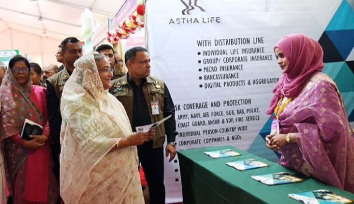 রবিবার প্রধানমন্ত্রী শেখ হাসিনা ঢাকায় বঙ্গবন্ধু আন্তর্জাতিক সম্মেলন কেন্দ্রে '১ম জাতীয় বীমা দিবস' এর উদ্বোধন শেষে বিভিন্ন স্টল পরিদর্শন করেন -পিআইডি