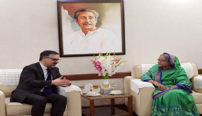 বৃহস্পতিবার প্রধানমন্ত্রী শেখ হাসিনা ঢাকায় গণভবনে আন্তর্জাতিক অপরাধ আদালত ( International Criminal Court )  এর আইনজীবী Payam Akhavan সাক্ষাৎ করেন -পিআইডি