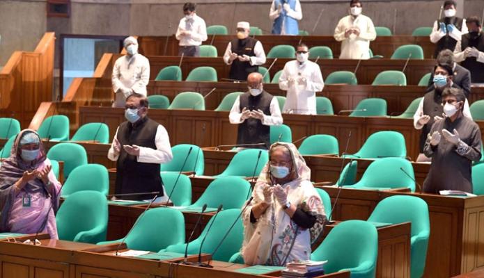 বুধবার প্রধানমন্ত্রী শেখ হাসিনা জাতীয় সংসদে একাদশ সংসদের ৮ম (বাজেট) অধিবেশনে শোক প্রস্তাব শেষে মোনাজাত অংশগ্রহণ করেন -পিআইডি