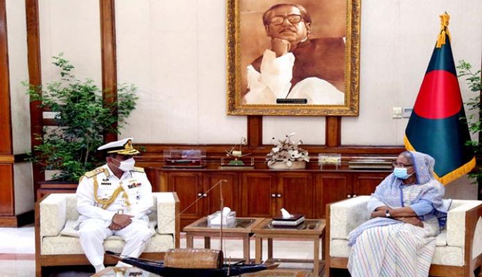 বৃহস্পতিবার প্রধানমন্ত্রী শেখ হাসিনার সাথে গণভবনে নৌবাহিনী প্রধান এম শাহীন ইকবালকে সাক্ষাৎ করেন -পিআইডি