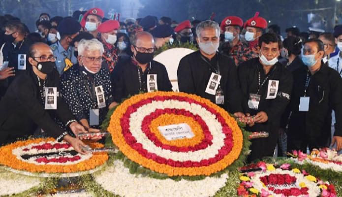 রবিবার অ্যাটর্নি জেনারেল আবু মোহাম্মদ আমিন উদ্দিন মহান শহিদ দিবস ও আন্তর্জাতিক মাতৃভাষা দিবস উপলক্ষ্যে ঢাকায় কেন্দ্রীয় শহিদ মিনারে শ্রদ্ধা নিবেদন করেন -পিআইডি