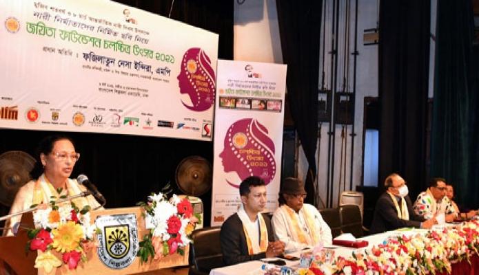 শনিবার মহিলা ও শিশু বিষয়ক প্রতিমন্ত্রী ফজিলাতুন নেসা ইন্দিরা বাংলাদেশ শিল্পকলা একাডেমিতে মুজিবশতবর্ষ ও ৮ মার্চ আন্তর্জাতিক নারী দিবস ২০২১ উপলক্ষ্যে 'জয়িতা ফাউন্ডেশন চলচ্চিত্র উৎসব ২০২১' এ বক্তৃতা করেন -পিআইডি