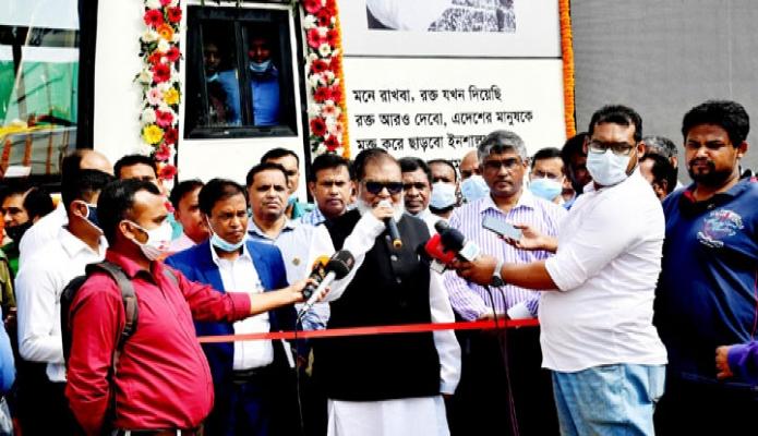রবিবার মুক্তিযুদ্ধ বিষয়ক মন্ত্রী আ ক ম মোজ্জামেল হক ঢাকায় সোহরাওয়ার্দী উদ্যানের শিখা চিরন্তনে 'ভ্রাম্যমাণ জাদুঘর বাস' উদ্বোধন অনুষ্ঠানে বক্তৃতা করেন -পিআইডি