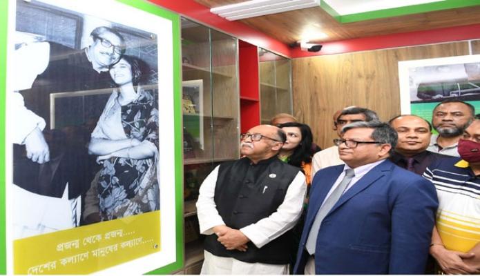 বুধবার শিল্পমন্ত্রী নূরুল মজিদ মাহমুদ হুমায়ূন তেজগাঁওয়ে শিল্প কারিগরি সহায়তা কেন্দ্র (বিটাক) এ নির্মিত 'বঙ্গবন্ধু কর্নার' পরিদর্শন করেন -পিআইডি