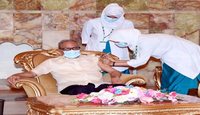 বুধবার রাষ্ট্রপতি মোঃ আবদুল হামিদ বঙ্গভবনে কোভিড-১৯ এর টিকা গ্রহণ করেন -পিআইডি