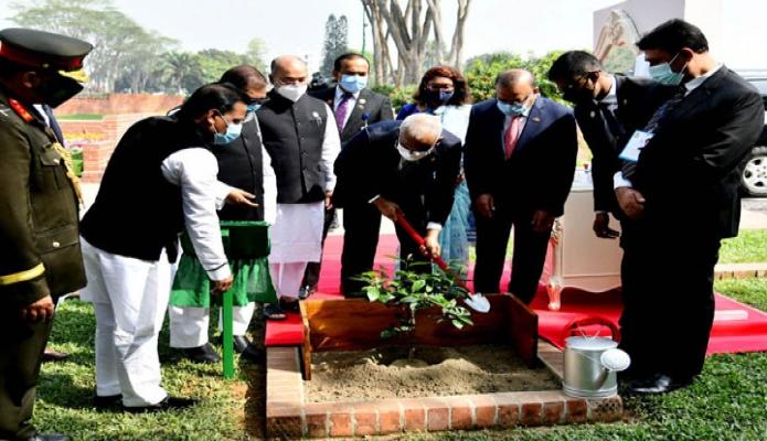 বুধবার মালদ্বীপের রাষ্ট্রপতি ইব্রাহমি মোহাম্মদ সলিহ সাভারের জাতীয় স্মৃতিসৌধ চত্বরে গাছের চারা রোপণ করেন -পিআইডি