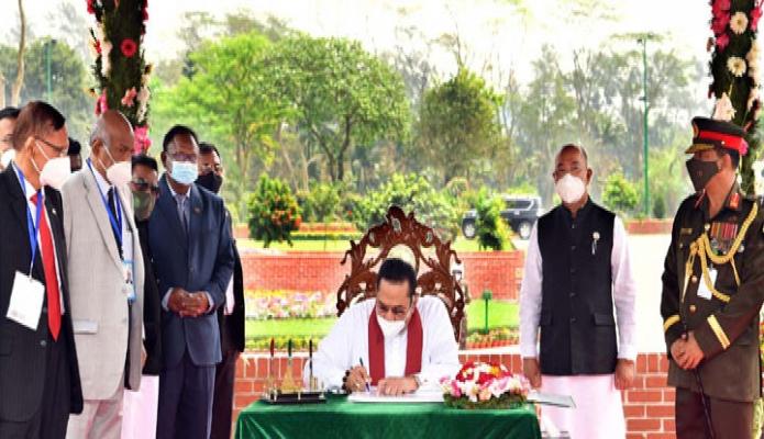 শুক্রবার শ্রীলংকার প্রধানমন্ত্রী মাহিন্দা রাজাপাকসে জাতীয় স্মৃতিসৌধে পরিদর্শন বইয়ে স্বাক্ষর করেন -পিআইডি