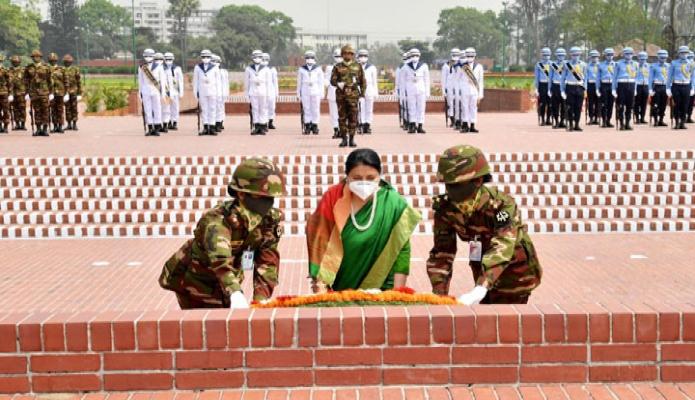 সোমবার নেপালের রাষ্ট্রপতি বিদ্যাদেবী ভান্ডারি সাভারে জাতীয় স্মৃতিসৌধে পুষ্পস্তবক অর্পণ করে মুক্তিযুদ্ধে শহিদদের প্রতি শ্রদ্ধা নিবেদন করেন -পিআইডি