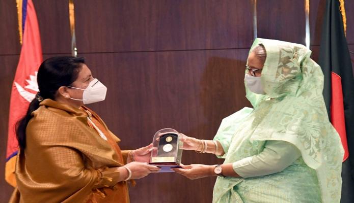 সোমবার প্রধানমন্ত্রী শেখ হাসিনা নেপালের রাষ্ট্রপতি বিদ্যা দেবী ভান্ডারিকে ঢাকায় হোটেল ইন্টারকন্টিনেন্টালে 'মুজিববর্ষ, স্মারকমুদ্রা উপহারহার দেন -পিআইডি