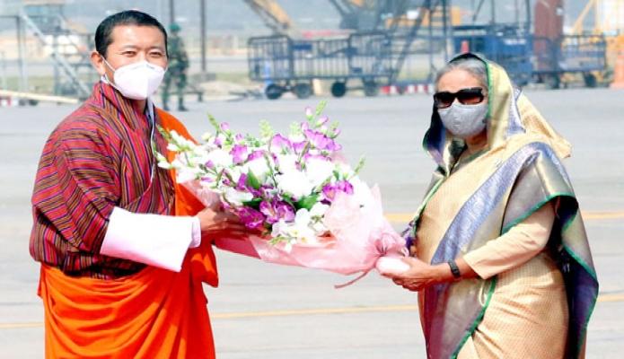 মঙ্গলবার ভুটানের প্রধানমন্ত্রী ডা. লোটে শেরিং-কে  ঢাকায় হযরত শাহজালাল আন্তর্জাতিক বিমানবন্দরে স্বাগত জানান প্রধানমন্ত্রী শেখ হাসিনা -পিআইডি