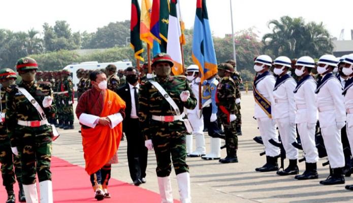 মঙ্গলবার ভুটানের প্রধানমন্ত্রী ডা. লোটে শেরিং-কে  ঢাকায় হযরত শাহজালাল আন্তর্জাতিক বিমানবন্দরে গার্ড অভ অনার পরিদর্শন করেন -পিআইডি