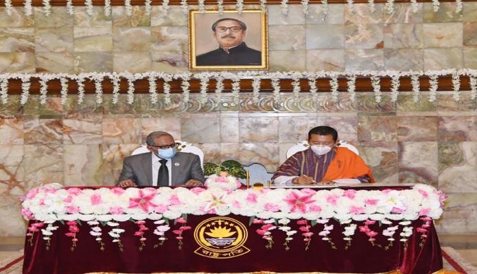 বুধবার ভুটানের প্রধানমন্ত্রী ডা. লোটে শেরিং বঙ্গভবনে পরিদর্শন বইয়ে স্বাক্ষর করেন -পিআইডি
