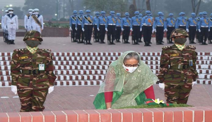 শুক্রবার প্রধানমন্ত্রী শেখ হাসিনা মহান স্বাধীনতার সুবর্ণজয়ন্তী ও জাতীয় দিবসে সাভারে জাতীয় স্মৃতিসৌধে পুষ্পস্তবক অর্পণ করেন -পিআইডি