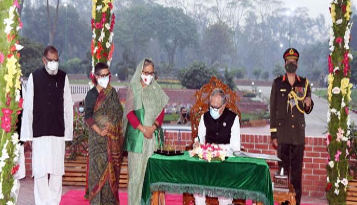 শুক্রবার রাষ্ট্রপতি মোঃ আবদুল হামিদ মহান স্বাধীনতার সুবর্ণজয়ন্তী ও জাতীয় দিবসে সাভারে জাতীয় স্মৃতিসৌধে পরিদর্শন বইয়ে স্বাক্ষর করেন -পিআইডি