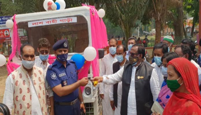 সোমবার খাদ্যমন্ত্রী সাধন চন্দ্র মজুমদার নওগাঁর নিয়ামতপুর থানায় লাশবাহি গাড়ির জাবি হস্তান্তর করেন -পিআইডি