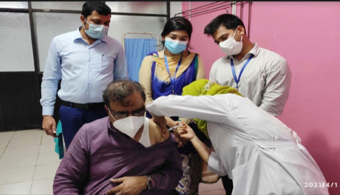 বৃহস্পতিবার সংস্কৃতি বিষয়ক প্রতিমন্ত্রী কে এম খালিদ ঢাকা মেডিকেল কলেজ হাসপাতালে করোনা টিকার দ্বিতীয় ডোজ গ্রহণ করেন -পিআইডি