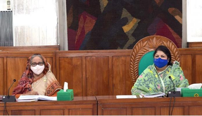 রবিবার প্রধানমন্ত্রী শেখ হাসিনা জাতীয় সংসদ ভবনের মন্ত্রিপরিষদ কক্ষে সংসদ সচিবালয় কমিশনের ৩২তম বৈঠকে অংশগ্রহণ করেন -পিআইডি