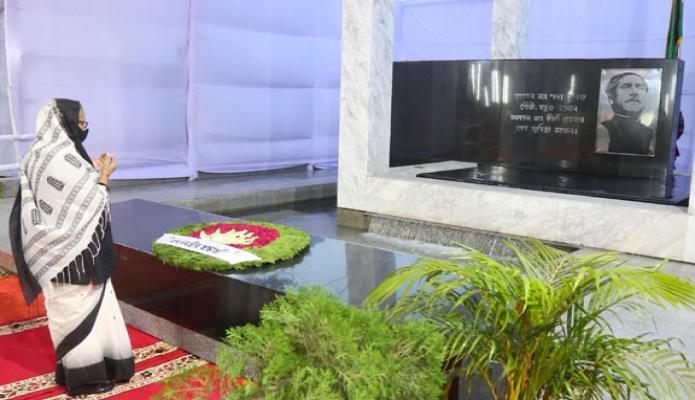 রবিবার প্রধানমন্ত্রী শেখ হাসিনা জাতীয় শোক দিবসে বনানী কবরস্থানে পঁচাত্তরের ১৫ আগস্ট শাহাদতবরণকারী জাতির পিতা পরিবারের সদস্যদের সমাধিতে পুষ্পস্তবক অর্পণ শেষে মোনাজাত করেন -পিআইডি
