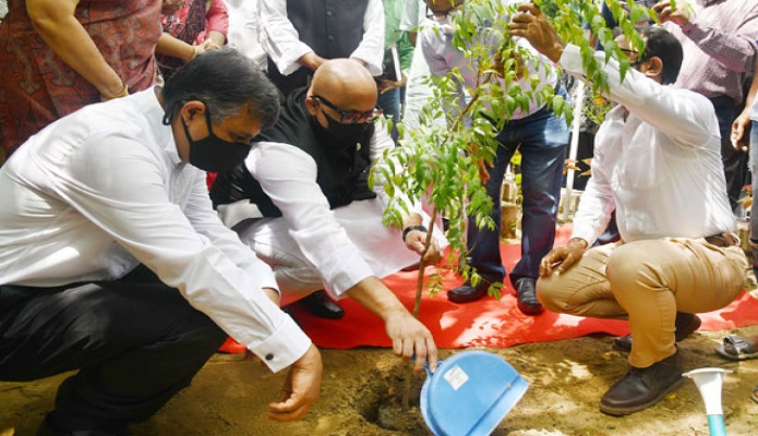 রবিবার তথ্য ও সম্প্রচার  প্রতিমন্ত্রী ডা. মোঃ মুরাদ হাসান বাংলাদেশ টেলিভিশন চট্রগ্রাম কেন্দ্রে প্রাঙ্গণে নিম গাছে চারা রোপণ করেন -পিআইডি