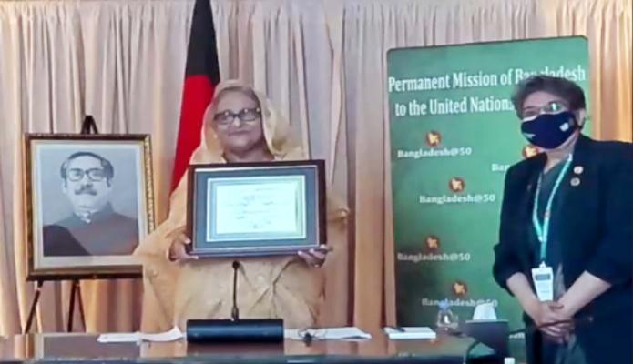 সোমবার নিউইয়র্কে জাতিসংঘের Development Solutins Network ভার্চুয়ালি আয়োজিত নবম বার্ষিক আন্তজার্তিক সম্মেলন-এ প্রধানমন্ত্রী শেখ হাসিনাকে 'এসডিজি অগ্রগতি পুরস্কার' প্রদান করে -পিআইডি