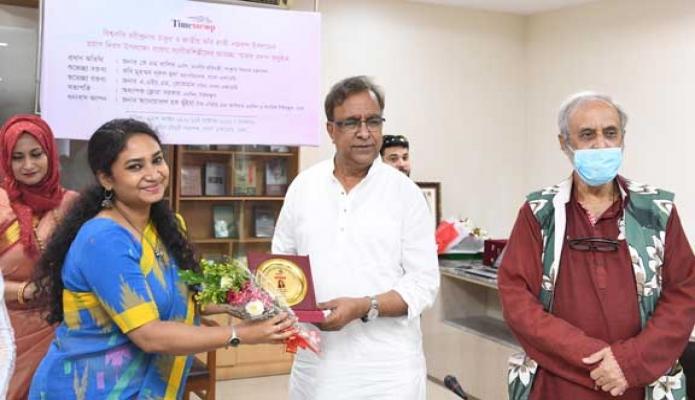 সোমবার সংস্কৃতিক বিষয়ক প্রতিমন্ত্রী কে এম খালিদ ঢাকায় বাংলা একাডেমিতে আয়োজিত Timesscop আয়োজিত বরেণ্য সংগীতশিল্পীদের স্মারক প্রদান করেন -পিআইডি